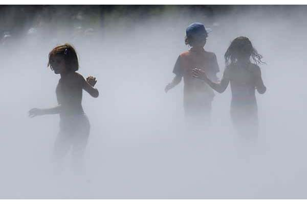 Children playing in the Miroir d'Eau -  Photography holiday, vacation, workshop near Bordeaux